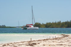 Γιοτ στον παράδεισο Playa παραλιών του νησιού Cayo βραδύτατου, Κούβα Διάστημα αντιγράφων για το κείμενο Στοκ εικόνα με δικαίωμα ελεύθερης χρήσης