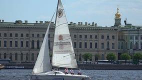 Γιοτ στον ποταμό Neva Αγία Πετρούπολη 4K απόθεμα βίντεο