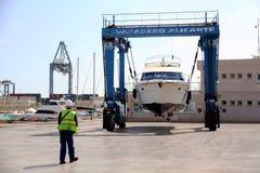 Γιοτ στο ναυπηγείο travelift που προετοιμάζεται για τη συντήρηση στοκ φωτογραφίες με δικαίωμα ελεύθερης χρήσης