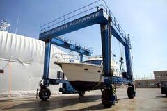 Γιοτ στο ναυπηγείο travelift που προετοιμάζεται για τη συντήρηση στοκ εικόνα