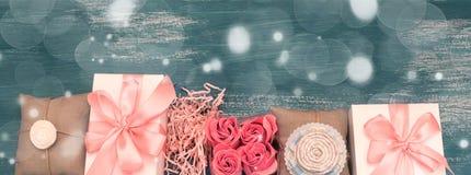 Γιρλάντα δώρων διακοπών εμβλημάτων σε ένα μπλε εκλεκτής ποιότητας υπόβαθρο Στοκ Εικόνες