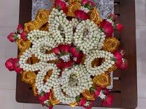 Γιρλάντα λουλουδιών στο δίσκο βάθρων στοκ εικόνα