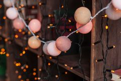 Γιρλάντα ντεκόρ Χριστουγέννων στα ξύλινα shelaves με τα βιβλία νέο έτος παραμονής του 2009 Στοκ φωτογραφία με δικαίωμα ελεύθερης χρήσης