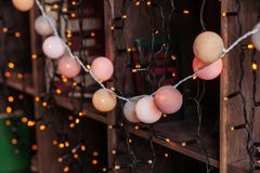 Γιρλάντα ντεκόρ Χριστουγέννων στα ξύλινα shelaves με τα βιβλία νέο έτος παραμονής του 2009 Στοκ Εικόνες