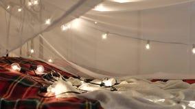 Γιρλάντα Χριστουγέννων στο υπόβαθρο του σπιτιού λευκό απομόνωσης ντεκόρ Χριστουγέννων απόθεμα βίντεο