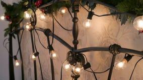 Γιρλάντα Χριστουγέννων στο υπόβαθρο του σπιτιού λευκό απομόνωσης ντεκόρ Χριστουγέννων φιλμ μικρού μήκους
