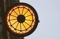 Γιρλάντες των λαμπτήρων στην οδό Φωτισμός πόλεων στοκ φωτογραφίες