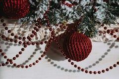 Γιρλάντες Χριστουγέννων με τις κόκκινες σφαίρες χριστουγεννιάτικων δέντρων στοκ φωτογραφίες