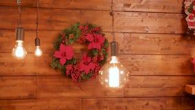 Γιρλάντες Χριστουγέννων στον ξύλινο τοίχο απόθεμα βίντεο