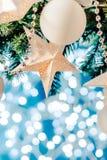 Γιρλαντών αστεριών καρτών Χριστουγέννων μπλε και ασημένιου Χριστουγέννων διακοσμήσεων αντιγράφων διάστημα, Χριστούγεννα εύθυμα Στοκ Φωτογραφίες