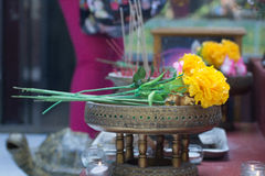 Γιρλάντα λουλουδιών στο δίσκο Στοκ φωτογραφία με δικαίωμα ελεύθερης χρήσης