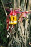Γιρλάντες και ζώνες λουλουδιών σε ένα δέντρο στοκ εικόνες