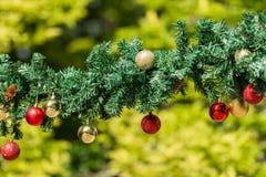 Γιρλάντες Χριστουγέννων και διακοσμήσεις μπιχλιμπιδιών Στοκ Εικόνες