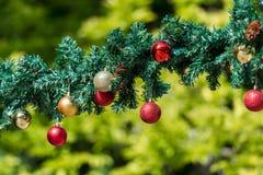 Γιρλάντες Χριστουγέννων και διακοσμήσεις μπιχλιμπιδιών Στοκ εικόνα με δικαίωμα ελεύθερης χρήσης