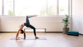 Γιόγκα άσκησης γυναικών για τις καλές υγείες στοκ εικόνες