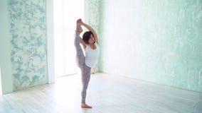 Γιόγκα άσκησης γυναικών σε ένα στούντιο στο εσωτερικό απόθεμα βίντεο