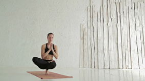 Γιόγκα άσκησης γυναικών - padangusthasana padma baddha ardha - που ισορροπεί στα toe απόθεμα βίντεο