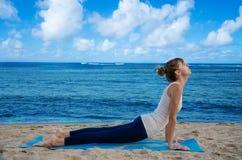Γιόγκα άσκησης γυναικών Yang από τον ωκεανό Στοκ εικόνες με δικαίωμα ελεύθερης χρήσης