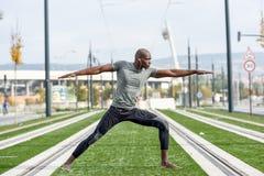 Γιόγκα άσκησης μαύρων στο αστικό υπόβαθρο Στοκ φωτογραφία με δικαίωμα ελεύθερης χρήσης