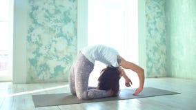 Γιόγκα άσκησης Όμορφο έφηβη στον αθλητισμό που ντύνει τη θέση γιόγκας κατάρτισης στη λέσχη υγείας Εύκαμπτο θηλυκό να κάνει απόθεμα βίντεο