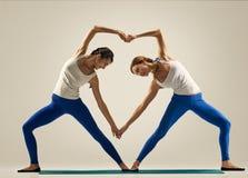 Γιόγκα ανά το ζευγάρι Καρδιά στοκ εικόνα με δικαίωμα ελεύθερης χρήσης
