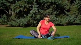 γιόγκα γυναικών άσκησης απόθεμα βίντεο