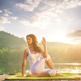 Γιόγκα γυναικών - χαλαρώστε στη φύση στοκ εικόνες