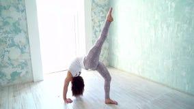 Γιόγκα και pilates ασκήσεις Ικανότητα, αθλητισμός και υγιής έννοια τρόπου ζωής Ευτυχής νέα γιόγκα άσκησης γυναικών στο στούντιο φιλμ μικρού μήκους