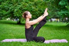 Γιόγκα Νέα περισυλλογή γιόγκας άσκησης γυναικών στη φύση στο πάρκο Έννοια τρόπου ζωής υγείας στοκ εικόνες