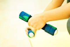 Γιόγκα παιχνιδιών γυναικών με τον αλτήρα Στοκ Φωτογραφία
