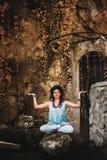 Γιόγκα πρακτικής γυναικών στο βράχο Στοκ φωτογραφία με δικαίωμα ελεύθερης χρήσης