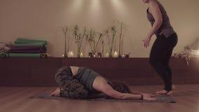 Γιόγκα πρακτικής δύο γυναικών ανά το ζευγάρι απόθεμα βίντεο