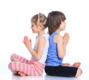 Γιόγκα πρακτικής παιδιών Στοκ φωτογραφία με δικαίωμα ελεύθερης χρήσης