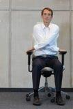 Γιόγκα στην καρέκλα στην αρχή - άσκηση επιχειρησιακών ατόμων στοκ εικόνα