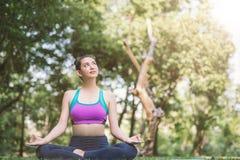 Γιόγκα στην υγιή άσκηση πάρκων woman do lotus η γιόγκα θέτει στοκ φωτογραφίες με δικαίωμα ελεύθερης χρήσης