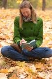 Γιόγκα στο πάρκο φθινοπώρου Στοκ εικόνες με δικαίωμα ελεύθερης χρήσης
