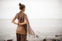 Γιόγκα nature spa Η πλάτη μιας όμορφης γυναίκας με την παραδίδει namaste Στοκ Εικόνα