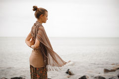 Γιόγκα nature spa Η πλάτη μιας όμορφης γυναίκας με την παραδίδει namaste Στοκ εικόνες με δικαίωμα ελεύθερης χρήσης
