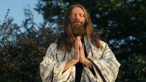 Γιόγκη που προσεύχεται στη φύση φιλμ μικρού μήκους