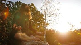 Γιόγκη Meditating στο ηλιοβασίλεμα φιλμ μικρού μήκους