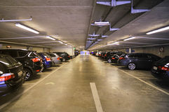 γκαράζ αυτοκινήτων μέσα σ&tau Στοκ φωτογραφία με δικαίωμα ελεύθερης χρήσης