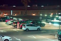 Γκαράζ χώρων στάθμευσης, καλυμμένος χώρος στάθμευσης, υπαίθριος σταθμός αυτοκινήτων Στοκ Εικόνες