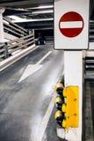 Γκαράζ χώρων στάθμευσης με το αυτοκίνητο τη νύχτα Στοκ εικόνα με δικαίωμα ελεύθερης χρήσης