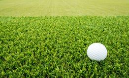 γκολφ σφαιρών που χτυπά την κίνηση σιδήρου Στοκ φωτογραφία με δικαίωμα ελεύθερης χρήσης