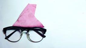 Γκοφρέτα glasses_specs με τον καθαρισμό του υφάσματος που βρίσκεται σε καθαρό στοκ φωτογραφία με δικαίωμα ελεύθερης χρήσης