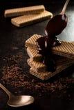 Γκοφρέτες σοκολάτας που καλύπτονται από μια λειωμένη σοκολάτα Στοκ φωτογραφία με δικαίωμα ελεύθερης χρήσης