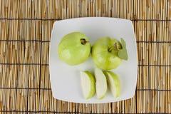 Γκοϋάβα στο άσπρο πιάτο Στοκ εικόνες με δικαίωμα ελεύθερης χρήσης