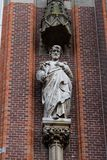 Γκούντα, νότος-Ολλανδία/οι Κάτω Χώρες - 27 Οκτωβρίου 2018: Κλείστε επάνω του αγάλματος του Joseph religius στην μπροστινή πρόσοψη στοκ εικόνα