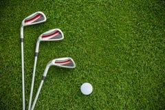 Γκολφ κλαμπ και σφαίρα στη χλόη Στοκ εικόνες με δικαίωμα ελεύθερης χρήσης