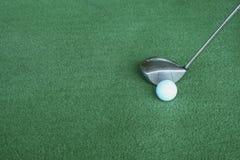 Γκολφ κλαμπ και σφαίρες γκολφ στην πράσινη τεχνητή χλόη στο γκολφ Στοκ Εικόνα
